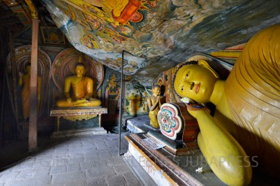 En av de mange Buddha i Nirvana-statuene i tempelet Mulkirigala.