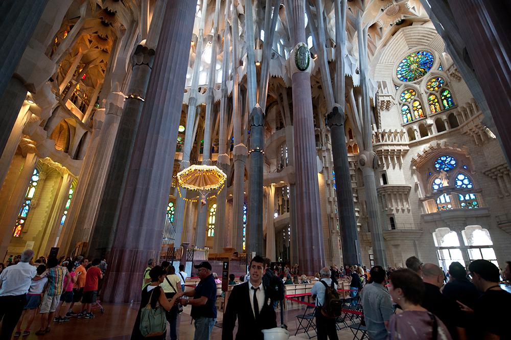 Inne i Sagrada Familia i Barcelona