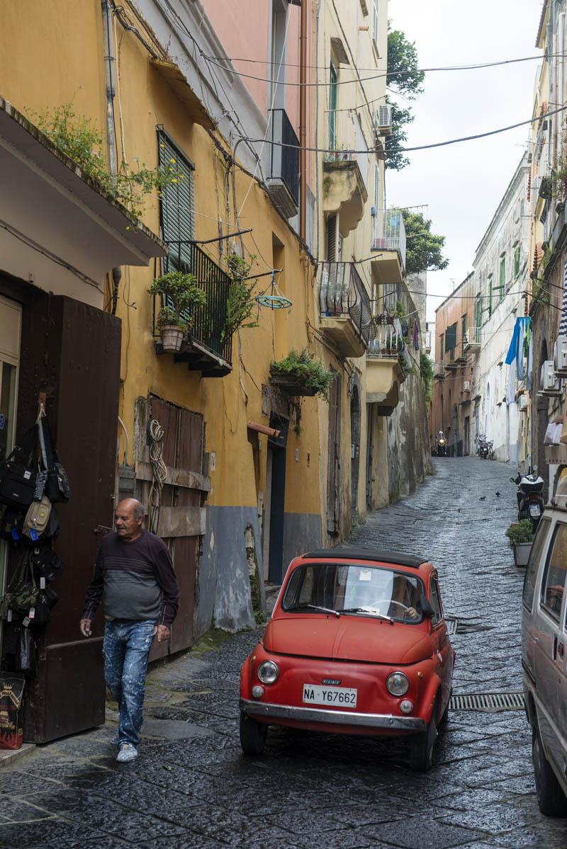trange gater i italiensk landsby
